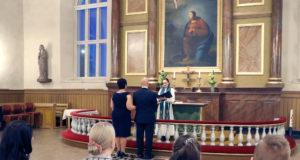Seurakuntapastori Petra Harju vihki Sari Rönön ja Matti Äijön avioliittoon torstaisessa hääillassa.