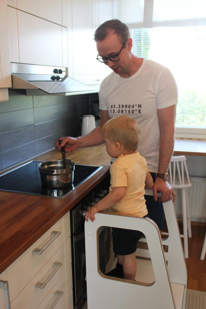 2,5-vuotias Eino ja isänsä Aki Harju kokkauspuuhissa.
