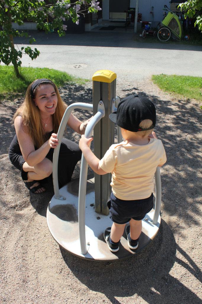 Kangasalla on paljon hyviä leikkipuistoja, sanoo Pauliina Harju Einon kanssa leikkiessään.