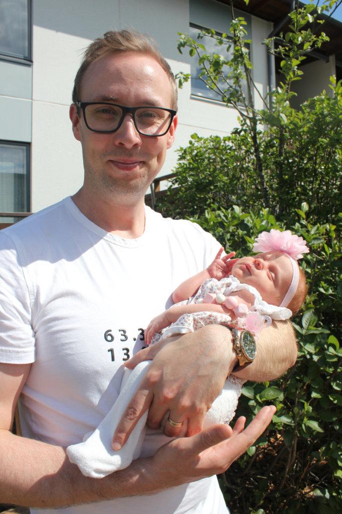 """Perheen kuopus putkahti maailmaan toukokuussa. """"Neuvolasta olemme saaneet vauva-arkeen paljon tukea"""", Harjut kiittelevät."""