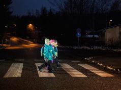 Autoilija havaitsee heijastinta käyttävän jalankulkijan lähivaloilla ajaessaan jopa seitsemän kertaa kauempaa kuin ilman heijastinta liikkuvan. Kuva: Nina Mönkkönen/Liikenneturva