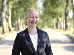Hilja Solala väitteli tohtoriksi tutkimalla suomenhevosrodunjalostuksen syntyvaiheita. Valokuva on otettu Liuksialan koivukujalla kesällä 2021. Kuva: Jutta Mäkijärvi