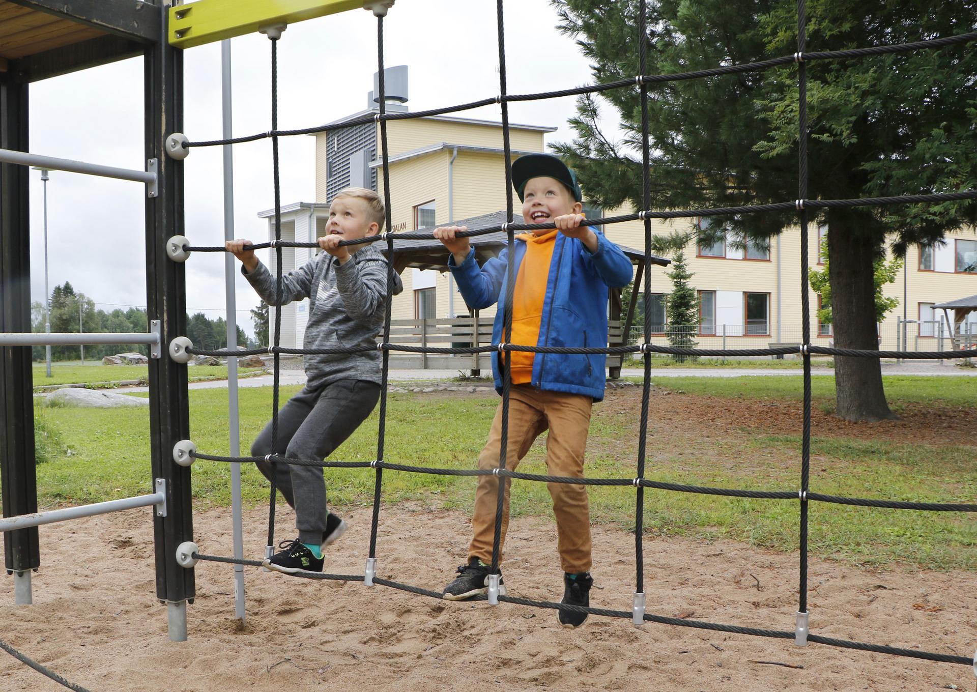 Hugo Osa ja Viljami Osa ovat 7-vuotiaat serkukset, jotka aloittavat koulunkäyntinsä ensi tiistaina Liuksialan koulun ensimmäisellä luokalla. Koulun pihamaa on heille ennestään tuttu, sillä he käyvät siellä silloin tällöin leikkimässä ja liikkumassa. Skuuttaus kuuluu kummankin lempipuuhiin.