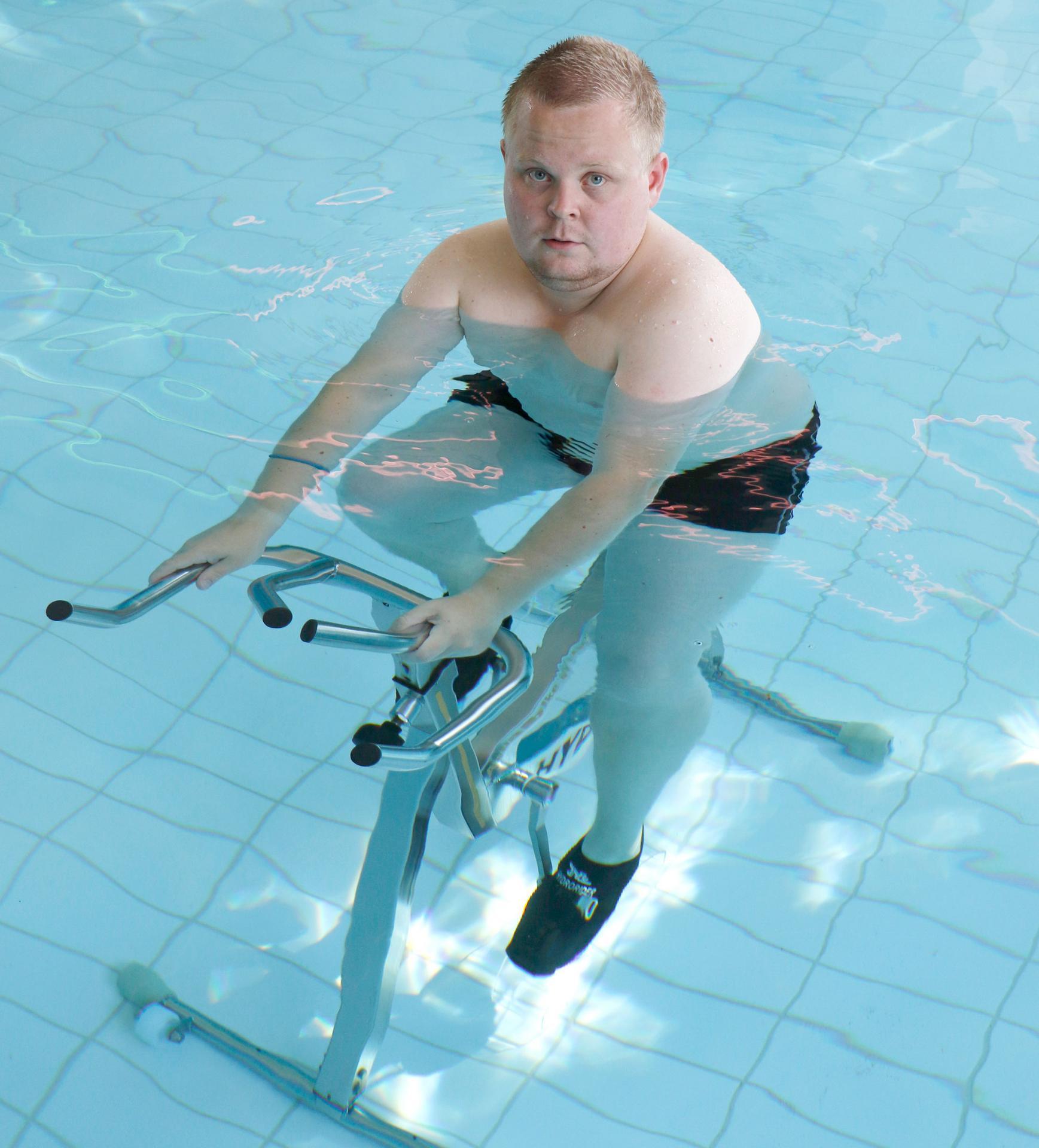 Lassi Jokinen liikkuu mielellään ja monipuolisesti. Pari viikkoa sitten hän kävi testaamassa hydrospinningiä Kangasalan uimahallissa.