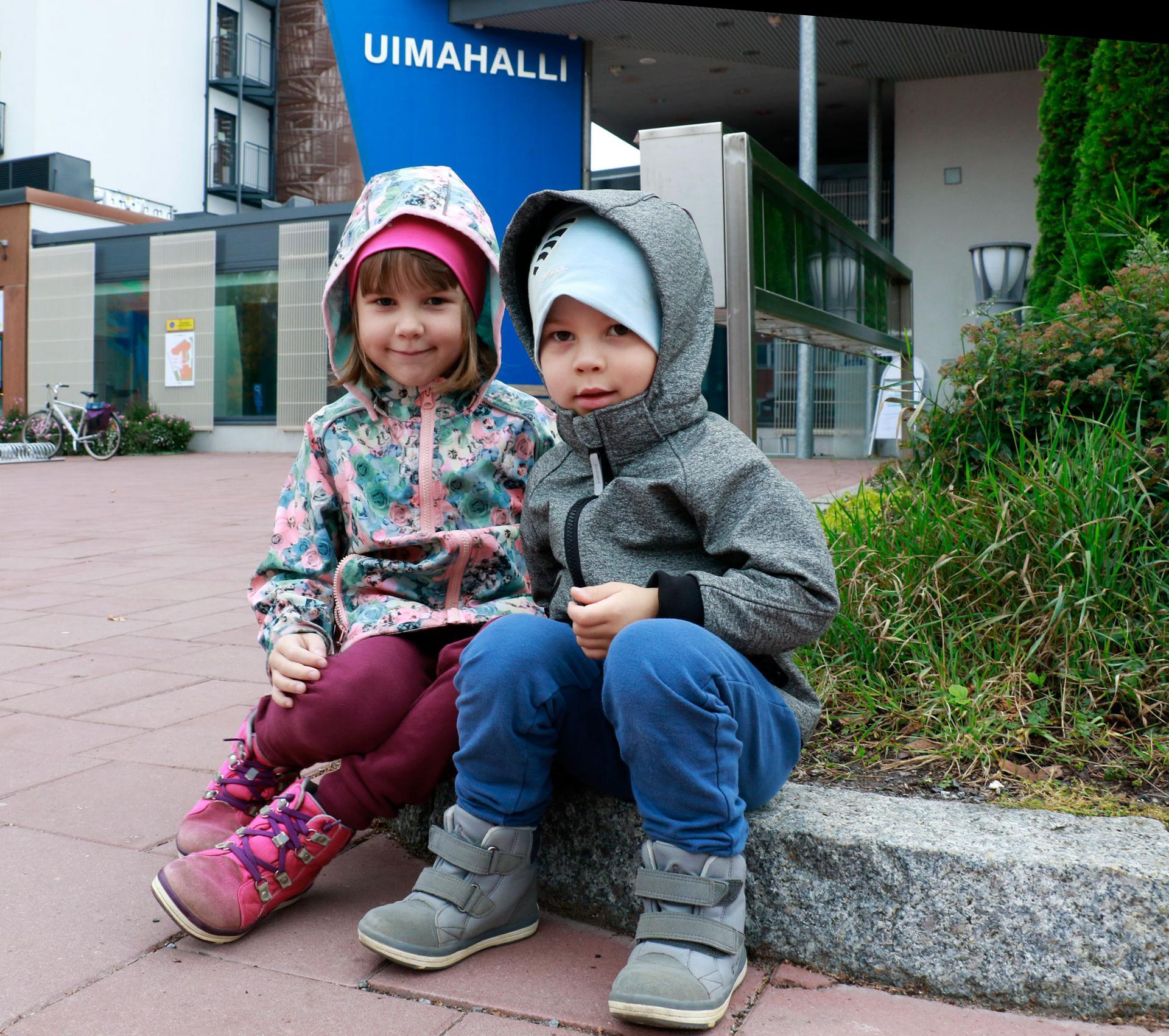Vilja ja Juho Kunnakko olivat syysvierailulla mummulassa Kangasalla.