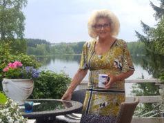 Irene Joki nauttii kaikesta kauniista. Hän rentoutuu puuhailemalla mökin pihapiirissä omaan tahtiin itselleen mieluisia asioita. Kuva: Joen kotialbumi