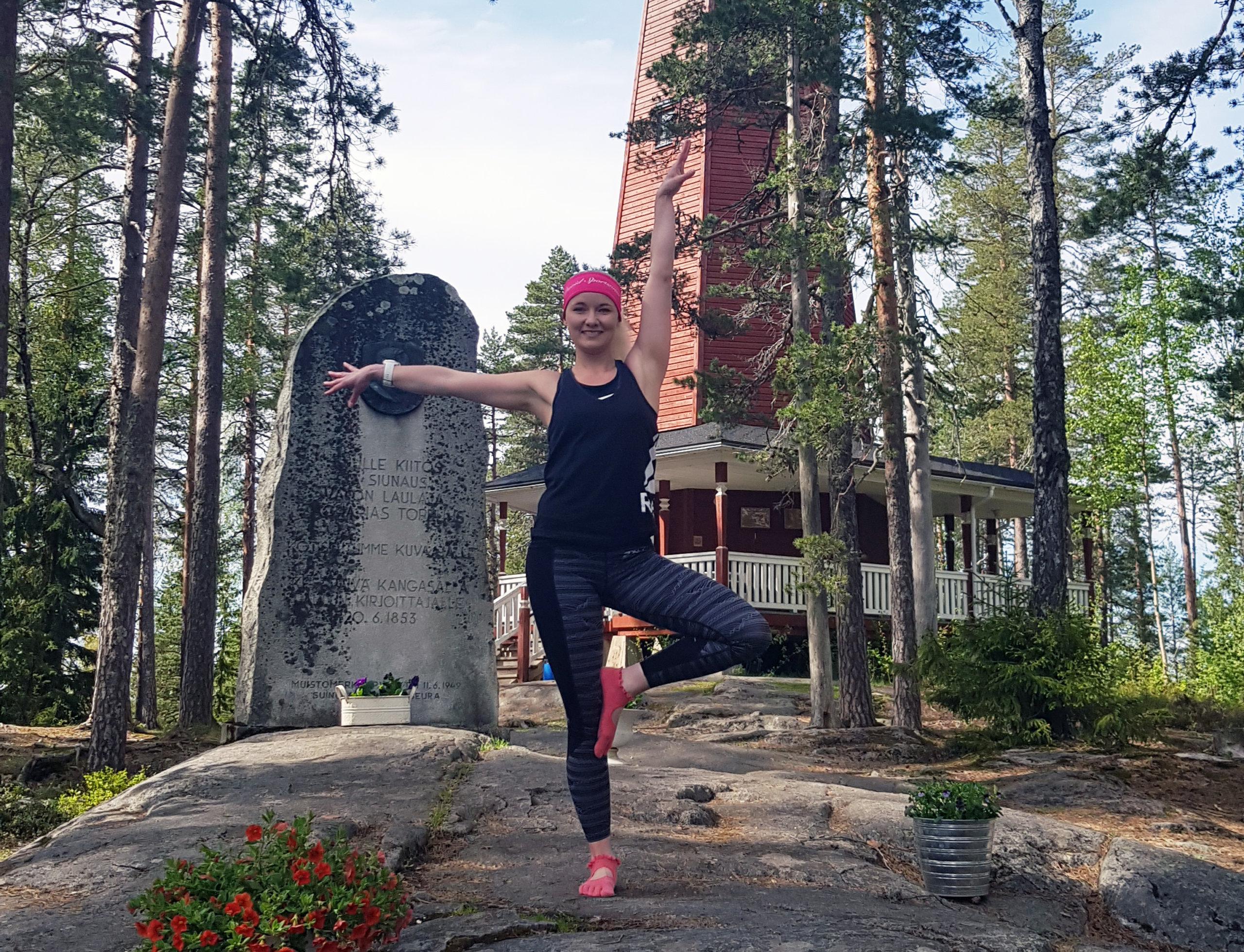 Tuttu liikuntakasvo Johanna Rajala tasapainoilee videolla Haralanharjun upeissa maisemissa. Ota oppia ja tartu Johannan vinkkeihin oman hyvinvointisi lisäämiseksi.