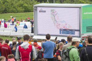 Näyttöruutu kertoi Venlojen viestin kärkijoukkueiden tilanteen maastossa.