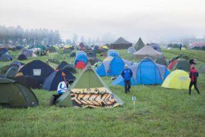 Sunnuntain viileä aamu peitti telttaleirin hienoiseen usvaan.