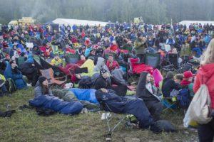 Yleisö oli varustautunut vilpoisaan Jukola-yöhön.