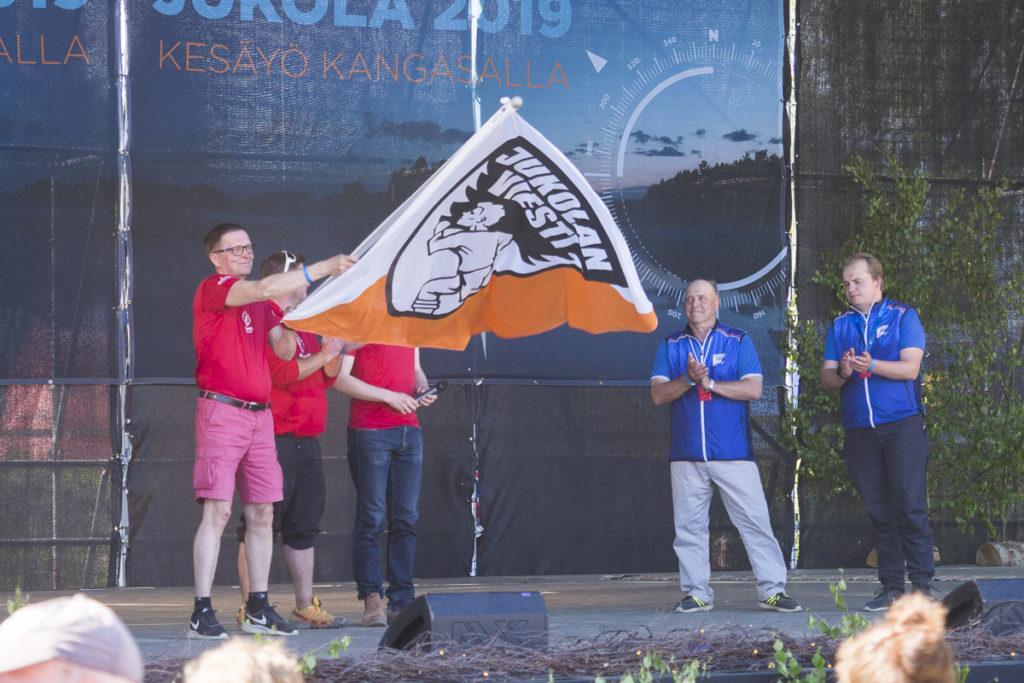 Kilpailunjohtaja Harri Virta ja pääsihteeri Antti Rantala luovuttivat Jukolan viestin lipun Napapiiri-Jukolan edustajille.