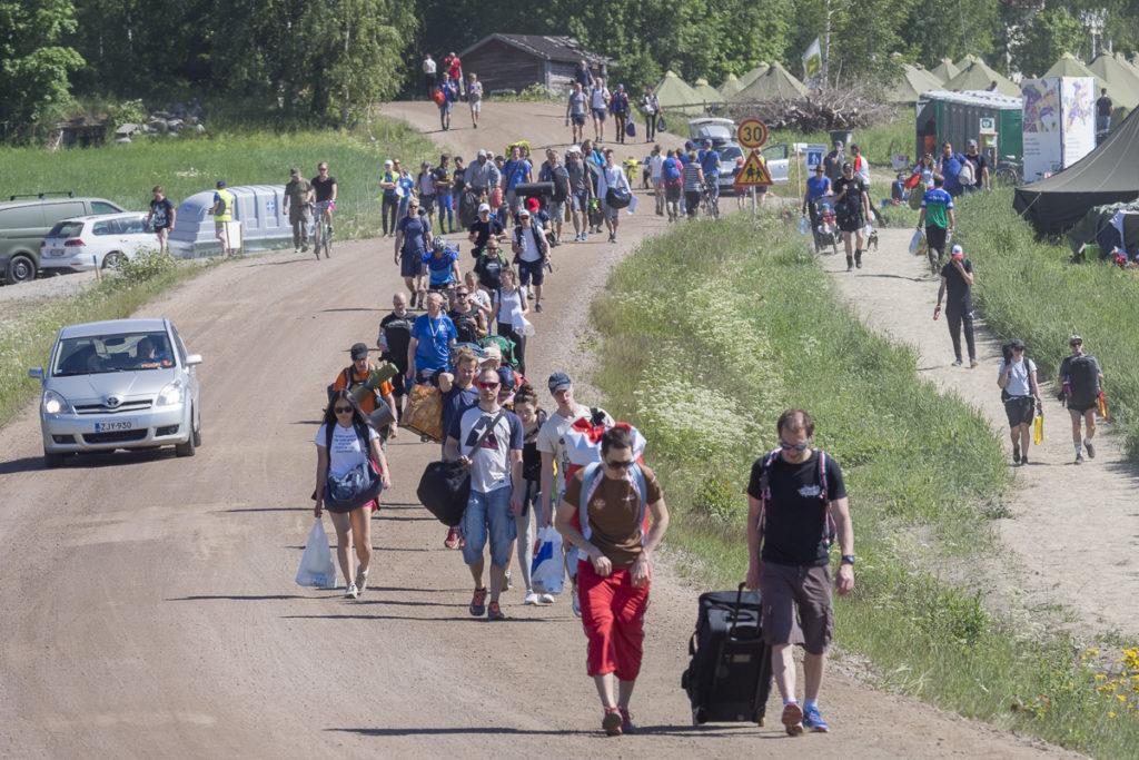 Kilpailijat ja katsojat lähtivät sunnuntaina kotimatkalle. Matkaajia riitti tasaisena virtana aamupäivästä illansuuhun.