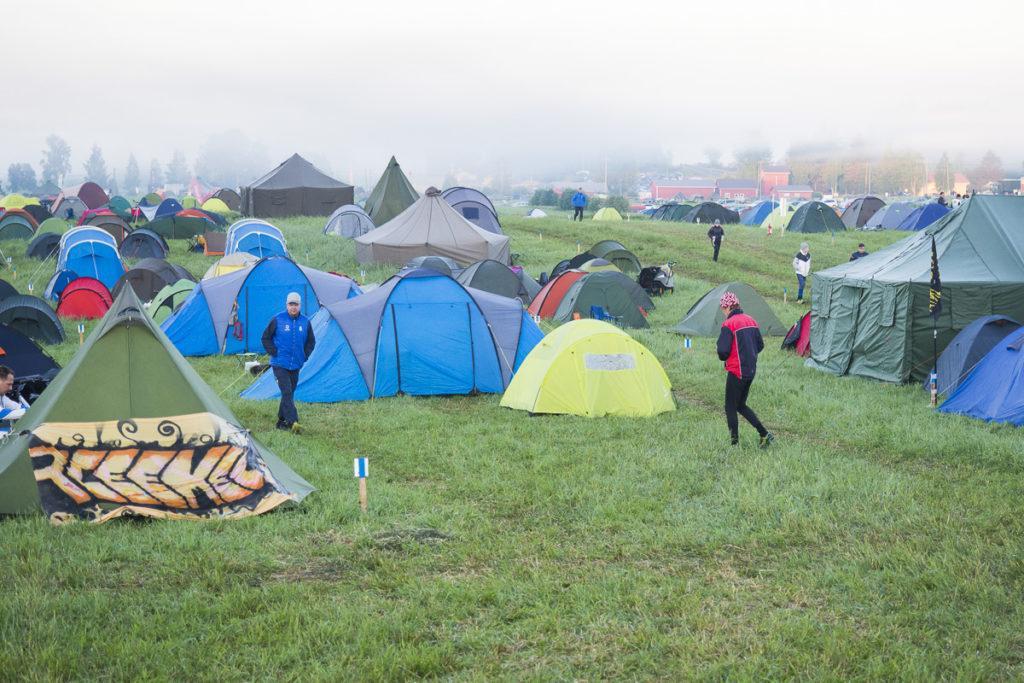 Telttaleirit heräilivät viileän yön jälkeen kauniin usvaiseen aamuun.