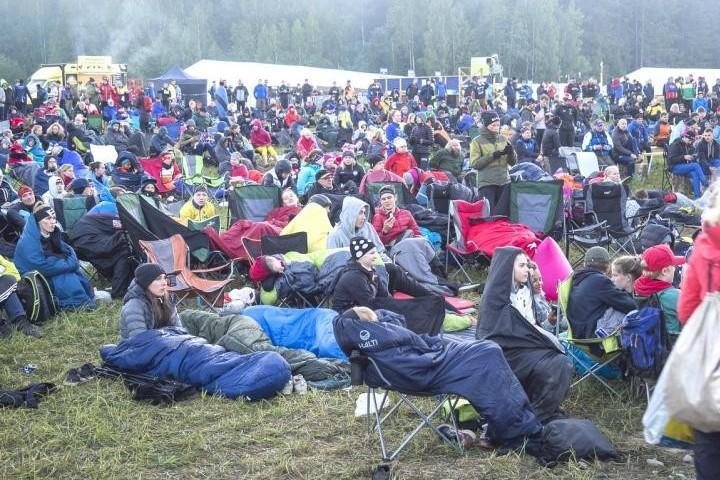 Yleisö on seurannut miesten viestiä yön yli suurilta näyttöruuduilta. Lämpöä oli auringon noustessa vain kymmenkunta astetta, mutta makuupussit lämmittävät.