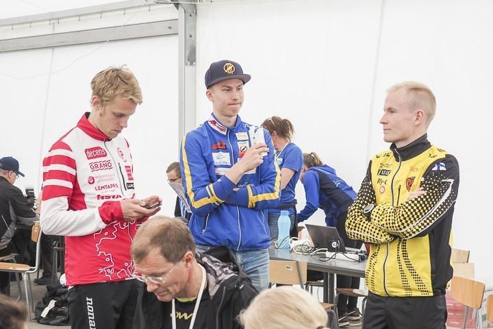 Tampereen Pyrinnön Severi Kymäläinen, Ikaalisten Eetu Savolainen ja Kooveen Joni Hirvikallio jäivät juttusille perjantain lehdistötilaisuuden jälkeen.
