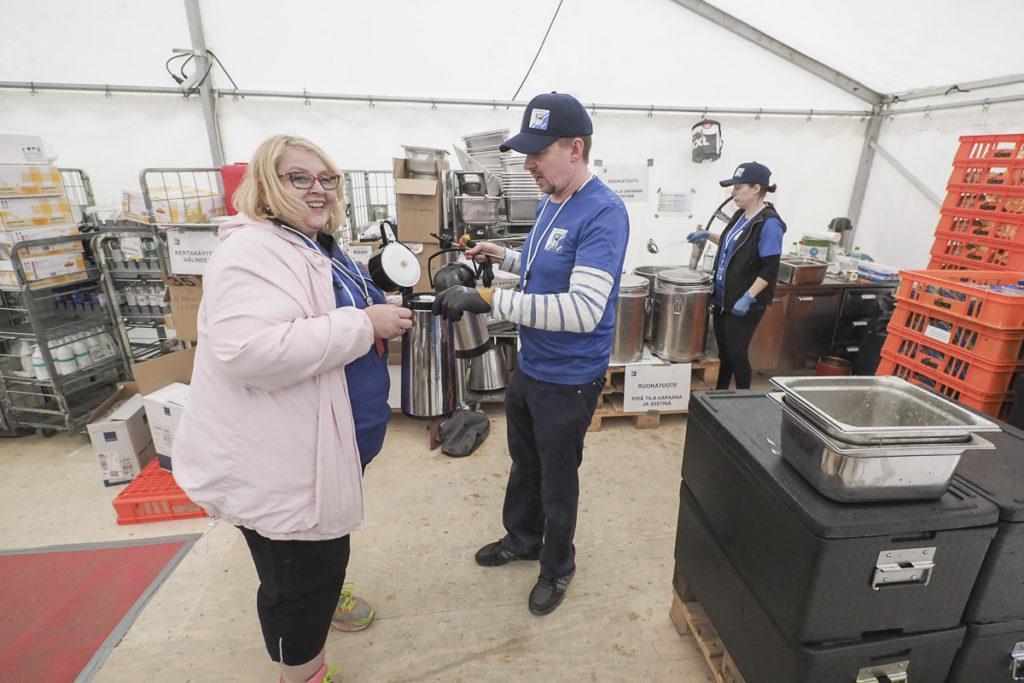 Ateria- ja siivouspalvelupäällikkö Hannakaisa Haanpää selvitteli termoskannujen tilannetta Heikki Arolan kanssa.
