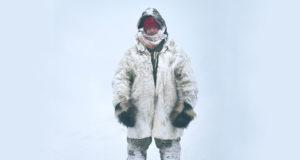 Jussi Konttinen moottorikelkka-ajelun jälkeen. Yllä on lumilammasturkki, ahmarukkaset, kaksinkertaiset nutukkaat, porosta tehdyt housut ja naalista ommeltu kauluri.