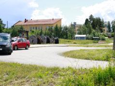 Moni on tottunut jättämään autonsa parkkiin Ahulinjärventien alkupäässä sijaitsevalle kääntöpaikalle lähtiessään esimerkiksi rullaluistelemaan.