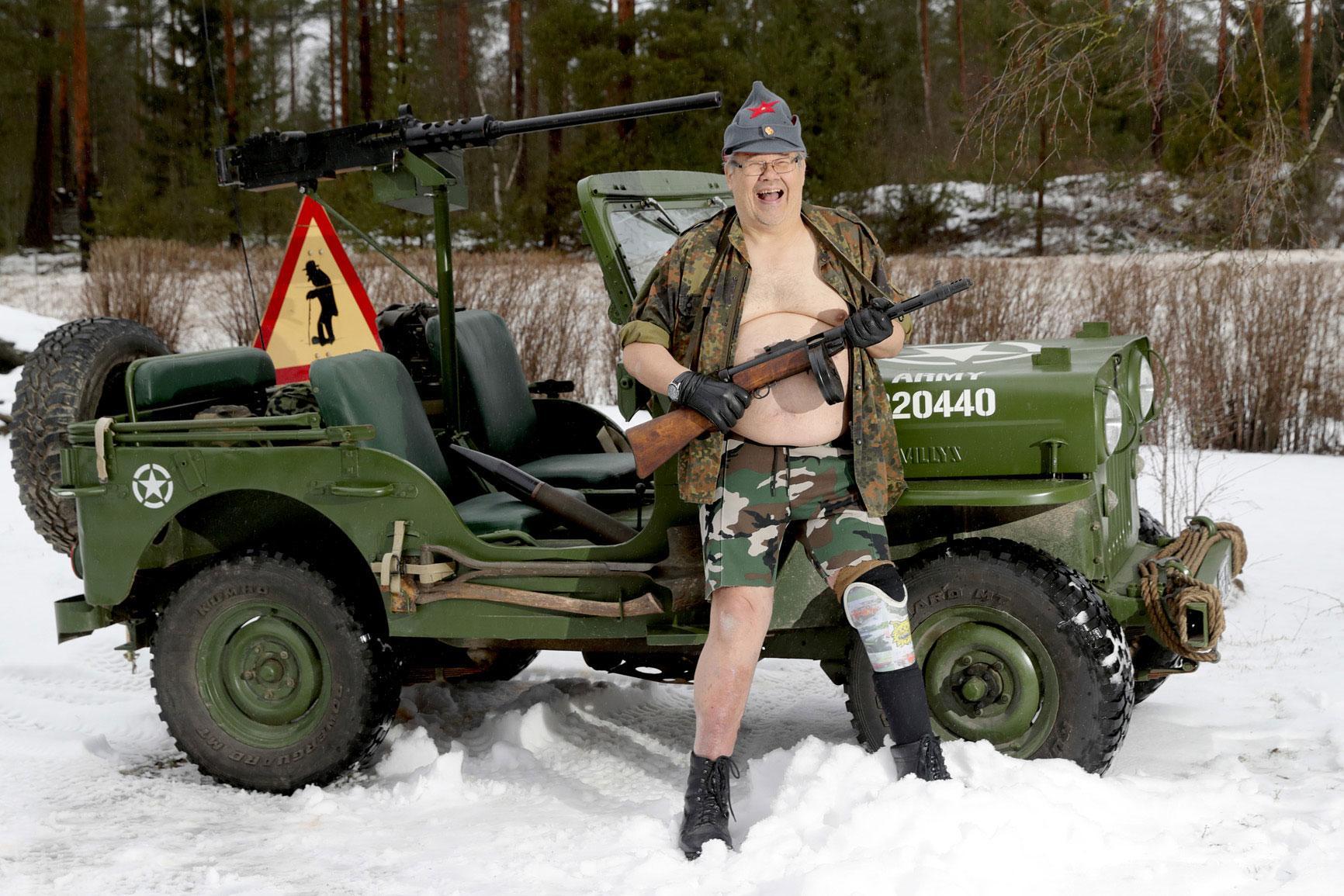 Jari Männikköä voi ihailla tammikuun 2021 kalenterikuvassa, jossa hän poseeraa omistamansa Willys-sotajeepin kanssa. Kuva: Jouni Valkeeniemi