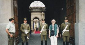 Arja Lehto kuvasi Kauko Äikkään presidentin palatsin edustalla Chilen pääkaupungissa Santiagossa. Paikalla tapahtui vuonna 1973 väkivaltainen vallanvaihto, jossa vallassa olleen presidentti Salvador Allenden elämä päättyi. Vallankaappausta johti kenraali Augusto Pinochet, jonka Allende oli nimittänyt virkaansa.