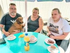 Karkeakarvainen mäyräkoira Cindy pääsi mukaan Erkki, Nina ja Johanna Rainion kahvitteluretkelle, joka suuntautui Vehkajärven Nuorisoseuran kesäkahvilaan.