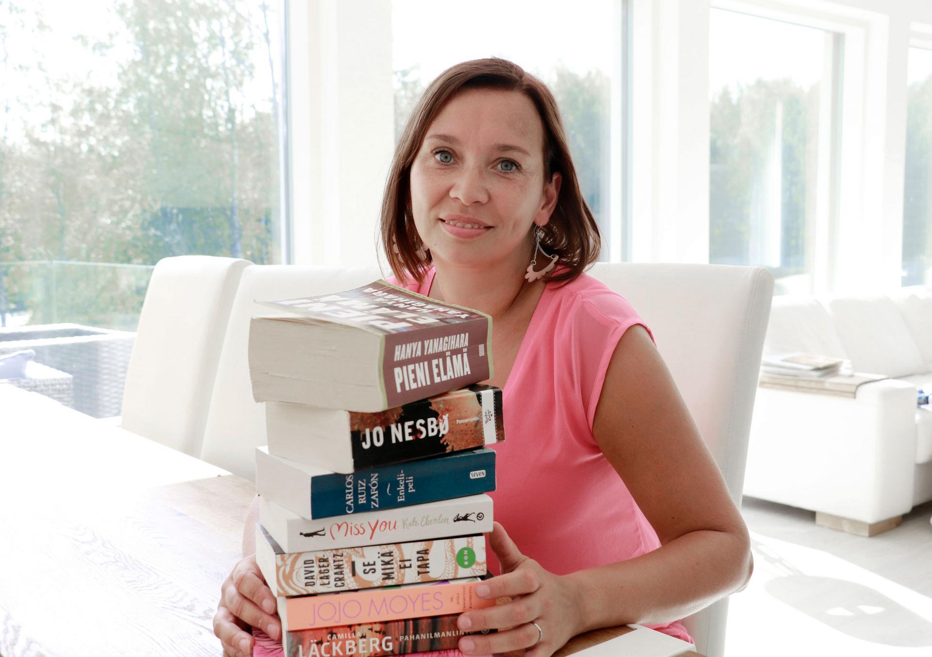 Heli Keskinen rentoutuu lukemalla kirjoja. Vapaa-aika kuluu myös perheen kanssa puuhatessa.