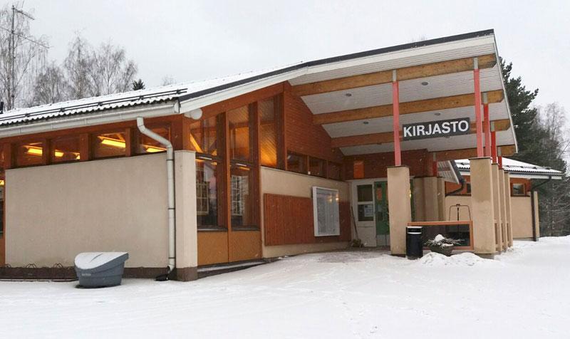 Helmikuun alusta lähtien Kuhmalahden kirjastossa on kirjastoammatillinen työntekijä paikalla keskimäärin 1–2 päivänä viikossa. Kokoaikainen asiakaspalvelusihteeri sen sijaan palvelee edelleen kaupungin asiointipalveluiden ja postin asioissa sekä hoitaa kirjaston lainaustoimintaa.