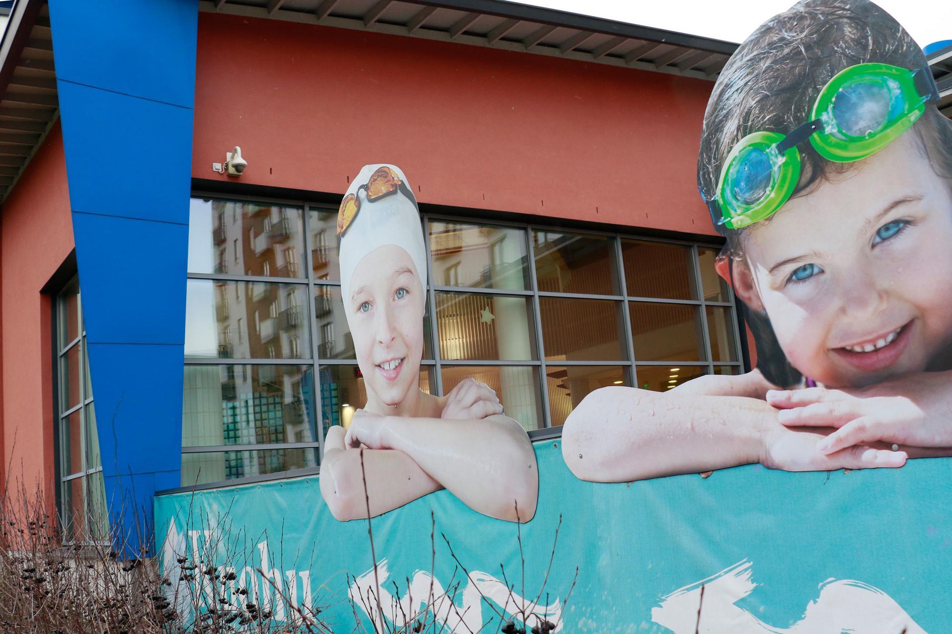 Vammaisneuvoston jäsenet ovat käyneet esteettömyyskartoittamassa kohteita, joissa kaupunkilaiset asioivat usein. Yksi käyntikohteista on Kangasalan uimahalli Kuohu.
