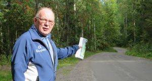 Jarmo Ojanen sanoo, että luvaton läpikulkuliikenne kuormittaa kapeaa ja mäkistä Kuuselantietä ja on vaaraksi asukkaille ja mökkiläisille.
