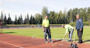Risto Heinonen Kangasalan kaupungilta, Veli Nieminen ja Antti Virtanen Vehmaisten Urheilijoista laittoivat keihäänheittopaikkaa valmiiksi lauantaisia kisoja varten.