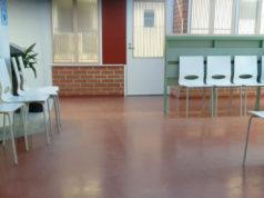 Kangasalan keskusterveysasemalla oli perjantaina sen verran väljää, että odotustilassa saattoi valita paikkansa riittävän etäältä muista vuoroaan odottavista. Suositeltava turvaväli on vähintään metri.