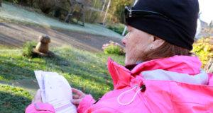 Leena Nelimarkka nauttii raittiista ilmasta ja pihatöistä, joita pitää erinomaisena kuntoilumuotona ja mielihyvän tuojana. Hän pitää korotettua kiinteistöveroa kohtuuttoman suurena pienituloisen eläkeläisen maksaa.