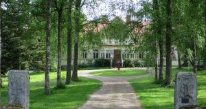 Vuonna 1556 kuninkaankartanoksi perustettu Liuksiala siirtyi Meurmanin suvun omistukseen 1821.