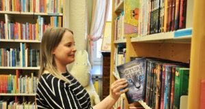 Lotta Luukila kertoo olevansa unelmatyössään, kun saa tehdä työtä lasten- ja nuortenkirjallisuuden kanssa. Soturikissat-kirjasarjasta on tullut maailmanlaajuinen ilmiö, joka vetää puoleensa paljon nuoria lukijoita myös Suomesta.