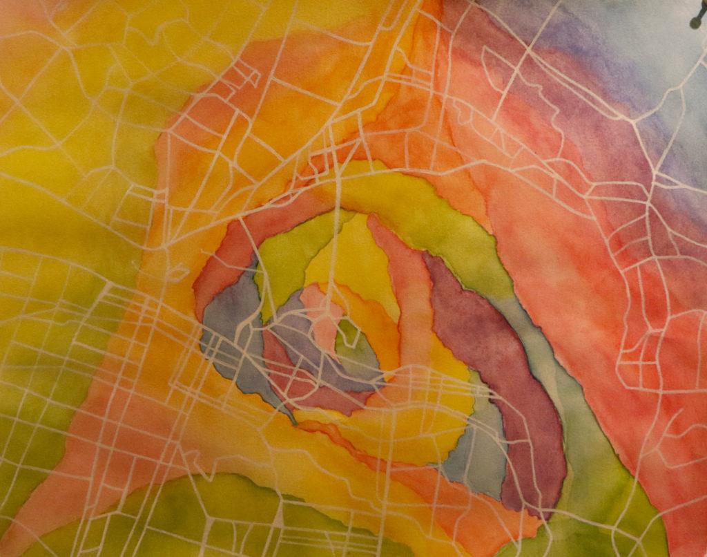 Amanda Heinonen valitsi työnsä aiheeksi valemuistot ja ihmisten väliset suhteet. Hän kuvaa elämän varrella syntyneitä muistoja kartalla, jossa muistojen tiet yhdistyvät toisiinsa muodostaen ison kokonaisuuden.