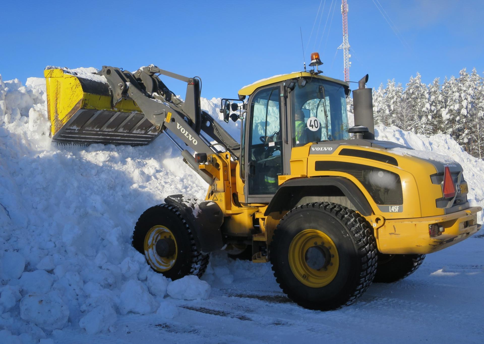 Laureeninkallion lumenkaatopaikalla riittää lunta. Kuormia läjittämässä Veikko Tainio. Kuva: Pekka Kaarna