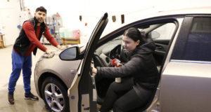 Henna Haavisto ja Oskar Mardi tekevät puhdasta jälkeä Kallion alueella sijaitsevassa autojen käsinpesulassa.