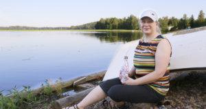 Mari Kleemola pyöräili maanantai-iltana Vesaniemeen nauttimaan järvimaisemista.