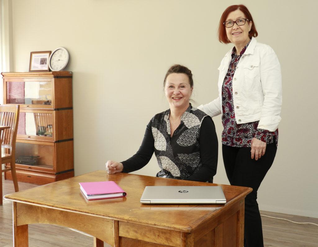 Terveydenhoitaja Rauni Lankinen opettaa ensiaputaitoja käytännönläheisesti.