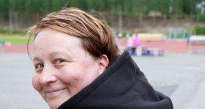 Juuri lenkiltä tullut Merja Vihtiälä odotteli Siiri-tyttären treenien päättymistä Kyötikkälän urheilukentällä. Siiri kuuluu KU-68:n tyttöjen salibandyjoukkueeseen.