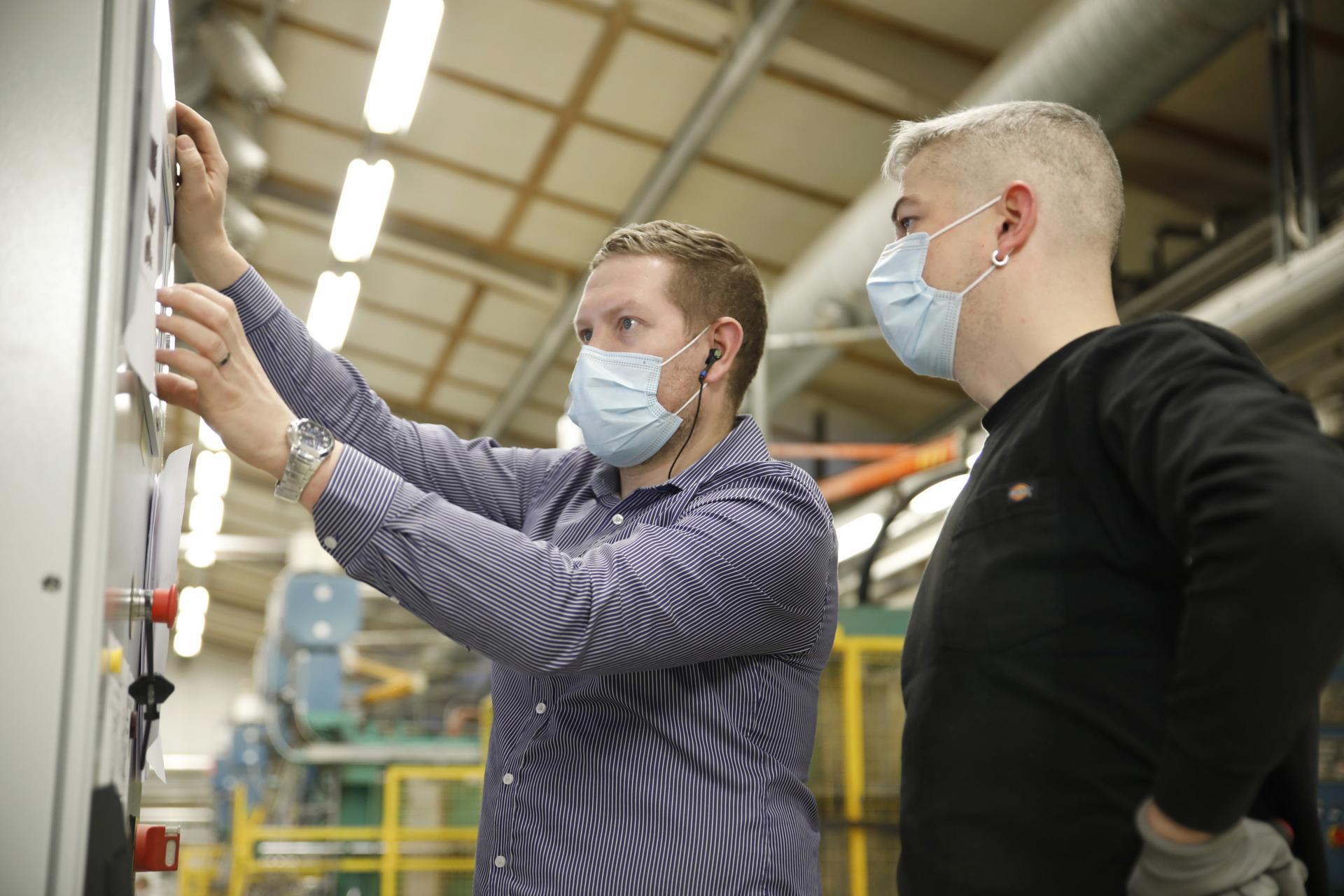 Luopioisten tehtaan solumuovittuotteiden tuotannosta vastaava Antti Kopola ottaa käyttöön uutta EPS/EPP-hybridituotantokonetta yhdessä Pasi Lahden kanssa.