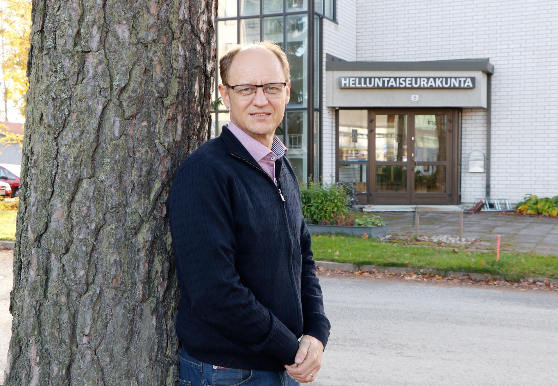 Mika Rantanen aloitti työnsä Kangasalan helluntaiseurakunnan pastorina pari kuukautta sitten. Korona vauhditti uuden tekniikan käyttöönottoa: nyt seurakunnan sunnuntaitilaisuuksia voi striimauksen ansiosta seurata verkossa.