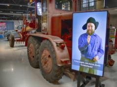 Teräskarhu 9 vuodelta 1954 on suomalaisvalmisteinen tiehöylä. Koneiden käyttäjät pääsevät näyttelyssä ääneen virtuaalihahmoina. Kuva: Mediakettu