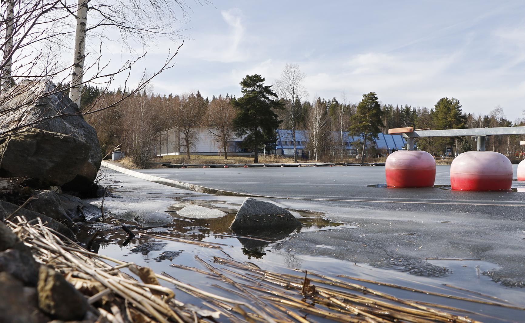 Eroosiosuojattava alue ulottuu venelaiturin luiskalta uimarannalle.