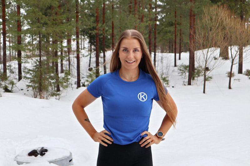 Personal Traineriksi ja liikunnanohjaajaksi opiskeleva Mona Tuomainen rakastaa liikuntaa ja muiden inspiroimista liikkumaan. Kuva: Ida Kupiainen