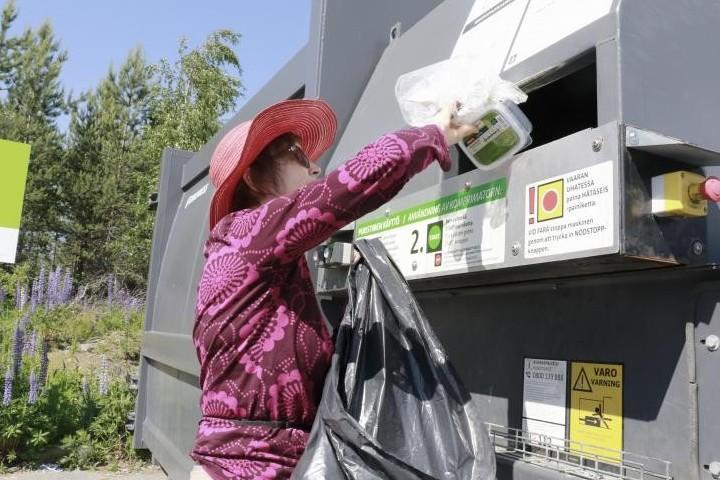 Kangasalan Kesossa asuva Riitta Arola lajittelee muovit kotona ja tuo ison lastin Prisman ekopisteeseen tarpeen mukaan, yleensä kuukauden tai kahden välein. – Muovinkierrätys tuntuu luontevalta. Muovisaastetta on ihan riittävästi ja liikaakin. Kaikki mitä saadaan talteen on hyvä, hän toteaa.