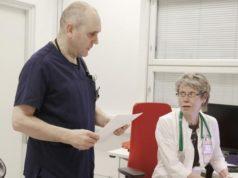 Sairaanhoitaja Timo Niemi teki toissa perjantaina hoidon tarpeen arviot ja ohjasi potilaat tarvittaessa lääkäri Pirjo Pirttiniemen vastaanotolle.
