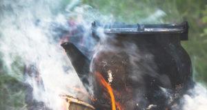 Taukopaikoilla kukin nauttii omia eväitään. Sekä Mustijärven että Ruokojärven laavulla on mahdollisuus keittää kahvit ja paistaa makkaraa.