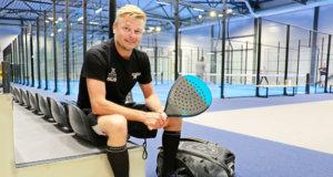Matti Mikkosen mukaan padel on mukaansa tempaava, nivelystävällinen peli. Hän käy useimmiten pelaamassa Linnainmaan padelkeskuksessa, jossa kuvakin on otettu.