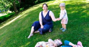 Vuotilan perheessä vannotaan paljasjalkakenkien nimiin. Haastatteluhetkellä Jenni, Emilia ja Onni Vuotilalla oli jalassa paljasjalkasandaalit. Bella vilisti ympäriinsä niin sanotuilla slipstopeilla, jotka muistuttavat perinteisiä voimistelutossuja.
